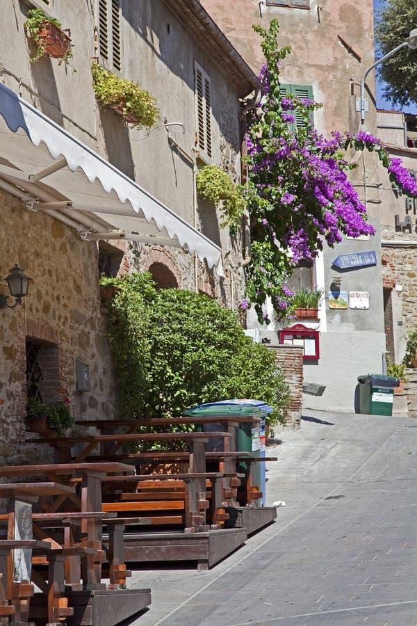 Средневековый переулок в Тоскане стоковые фотографии rf