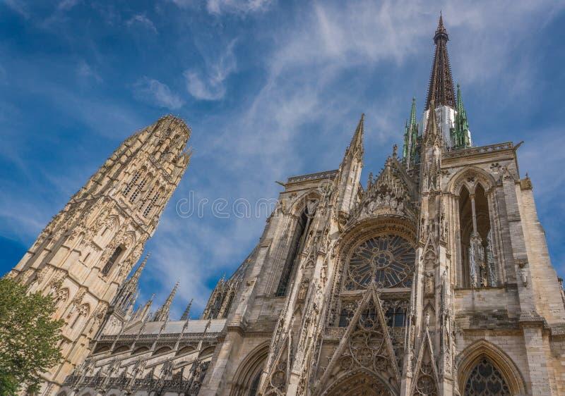 Средневековый собор и старые святыни стоковые фото