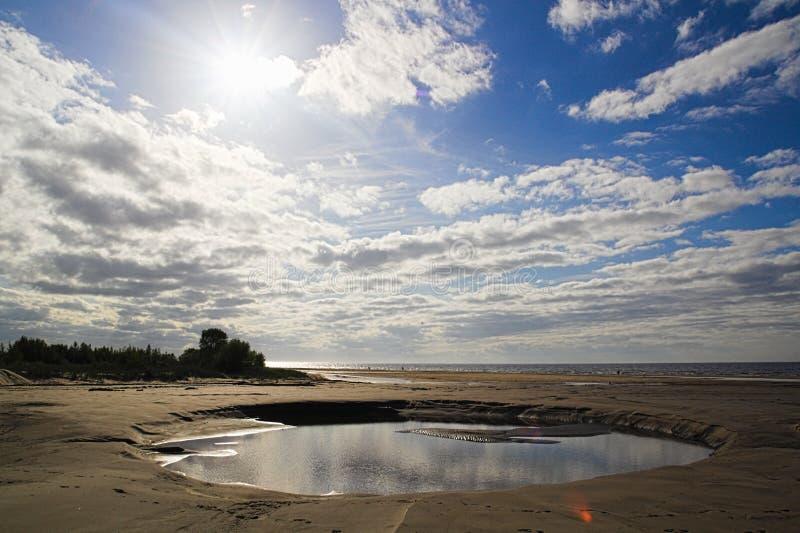 Среднего размера пляж лужицы воды стоковые фотографии rf