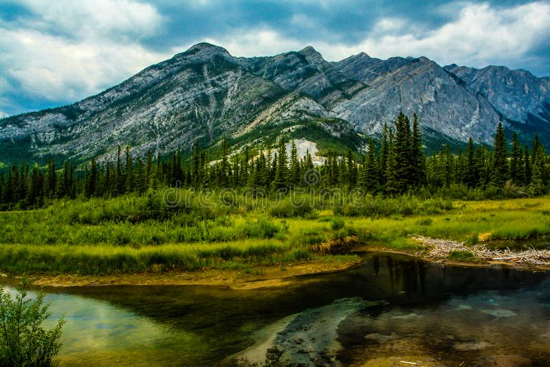 Среднее озеро, парк долины смычка захолустный, Альберта, Канада стоковое фото rf