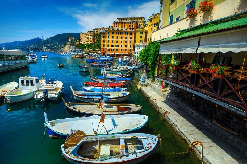 Среднеземноморская гавань с красочными шлюпками, курорт Camogli, Лигурия, Италия, Европа стоковое фото