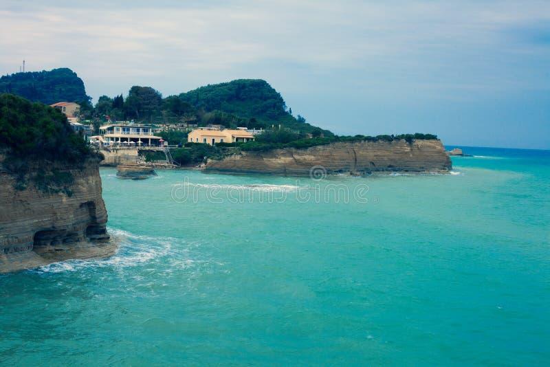 Среднеземноморское исключительное назначение на береговой линии голубого моря, роскошные дома расположенные на крае красивого ост стоковое фото rf