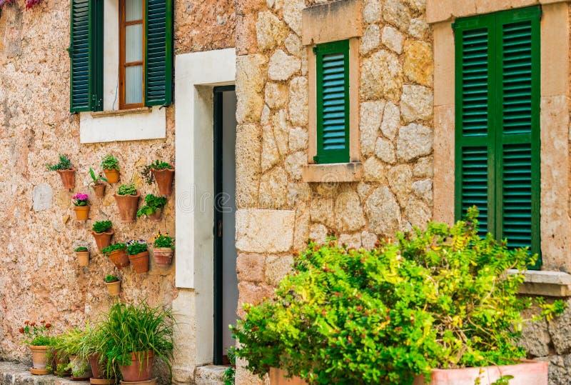 Среднеземноморской дом с баками цветков на острове Майорка, Испании стоковое фото