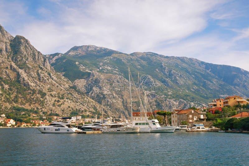 Среднеземноморской ландшафт с яхтами причалил на пристани Черногория, Адриатическое море, залив Kotor стоковые фотографии rf