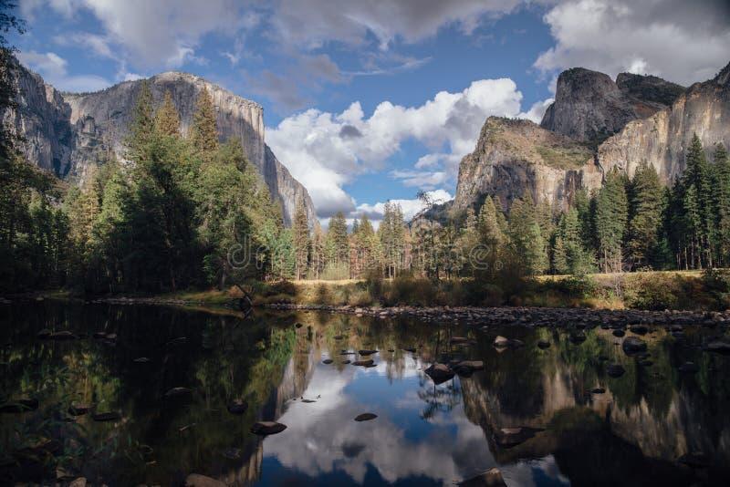 Средние облака дня над долиной Yosemite, CA стоковые изображения