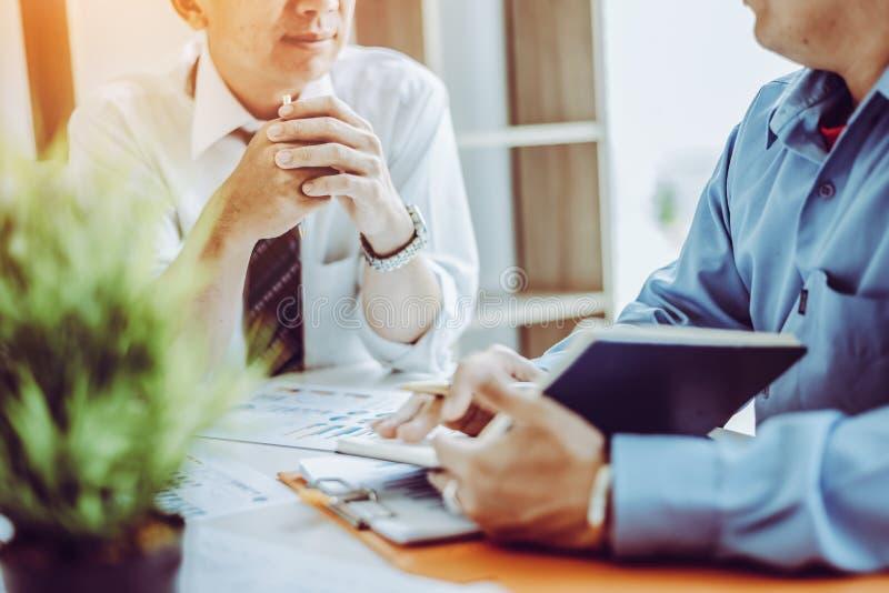 Средний возраст людей 2 деловой встречи азиатские мужской обсуждая пока сидящ совместно стоковые изображения rf