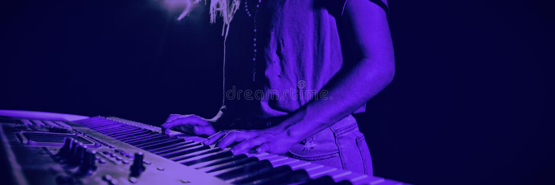 Средний раздел женского музыканта играя рояль стоковые фотографии rf