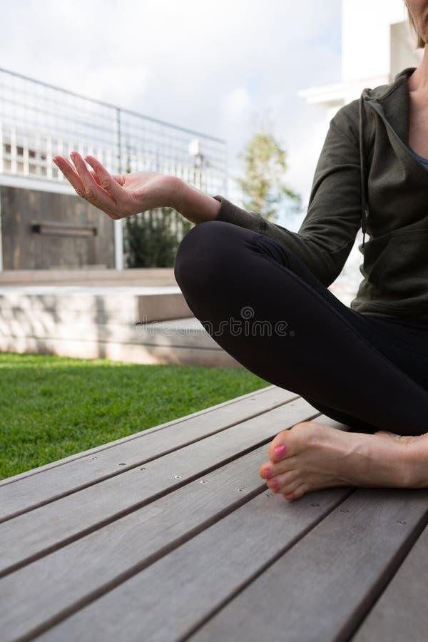 Средний раздел йоги женщины практикуя в крылечке стоковые фотографии rf
