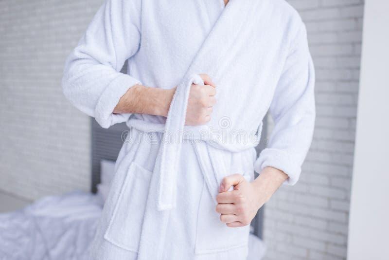средний раздел купального халата человека нося стоковая фотография