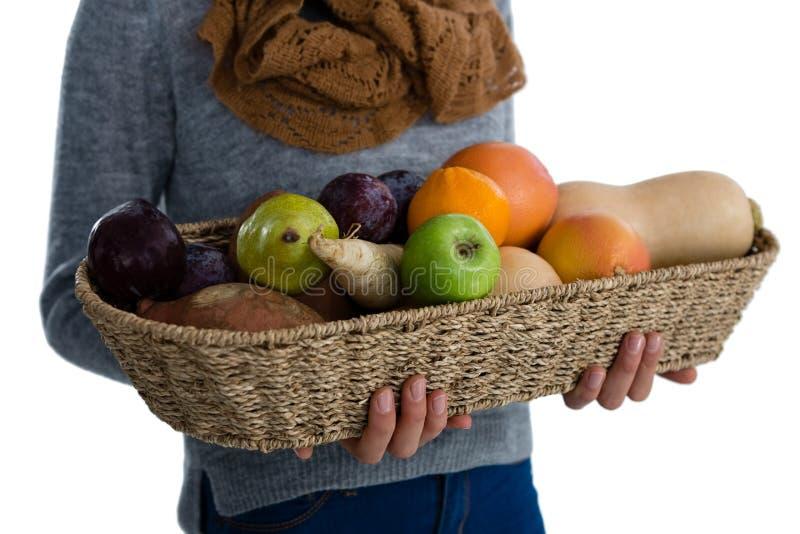 Средний раздел овощей и плодоовощей нося женщины в плетеной корзине стоковая фотография rf