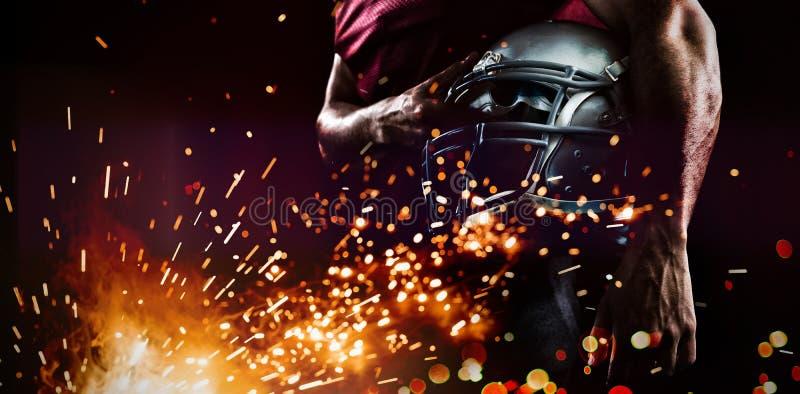 Средний раздел шлема удерживания игрока спорт стоковые изображения rf