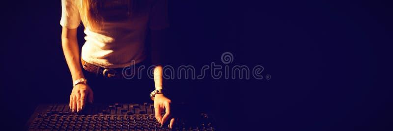 Средний раздел DJ работая ядровый смеситель стоковое фото