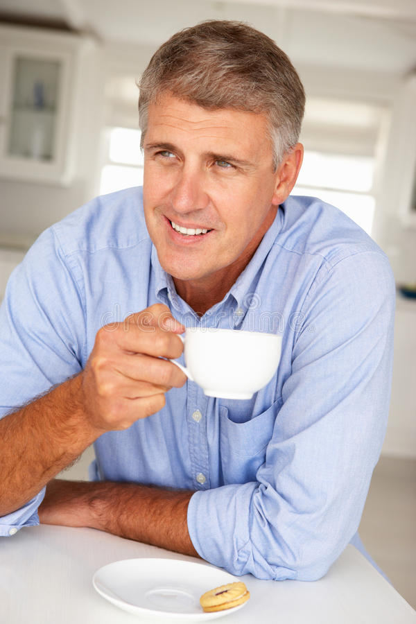 Средний человек времени с кофе стоковое фото rf