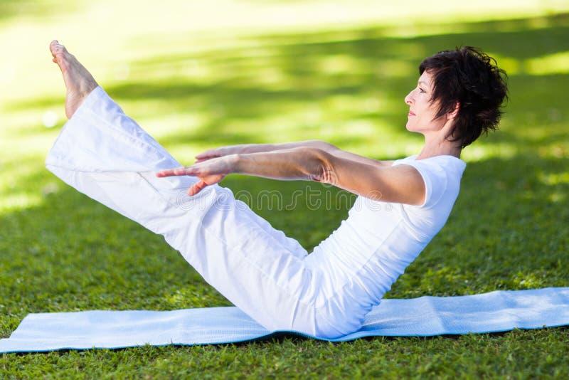 Средняя постаретая йога женщины стоковая фотография