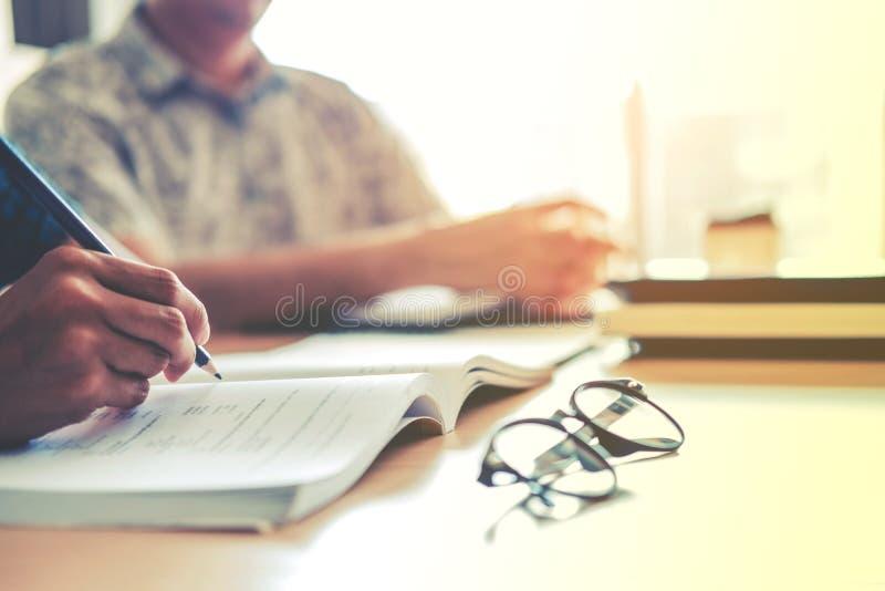 Средняя школа или студенты колледжа изучая и читая совместно внутри стоковые изображения rf