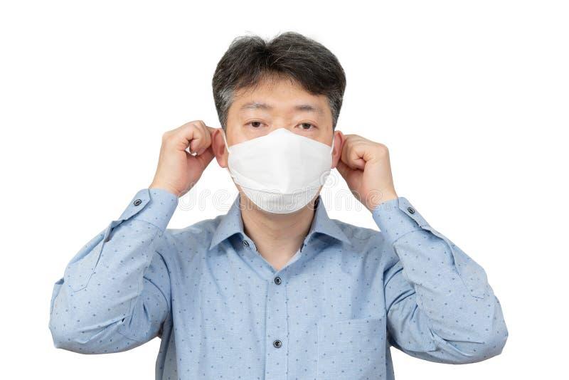 Средн-достигший возраста человек нося маску на белой предпосылке стоковая фотография rf