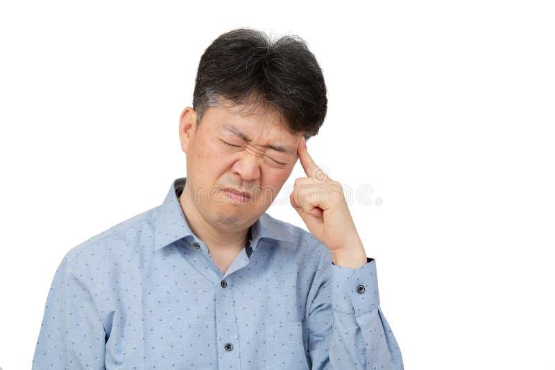 Средн-достигший возраста человек страдая от головной боли на белой предпосылке стоковое изображение