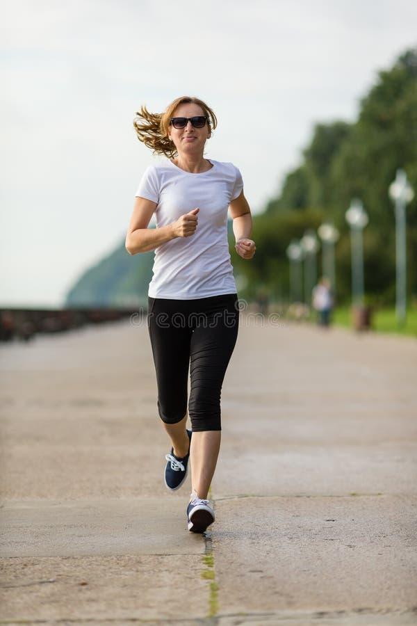 Средн-постаретый ход женщины стоковое фото rf