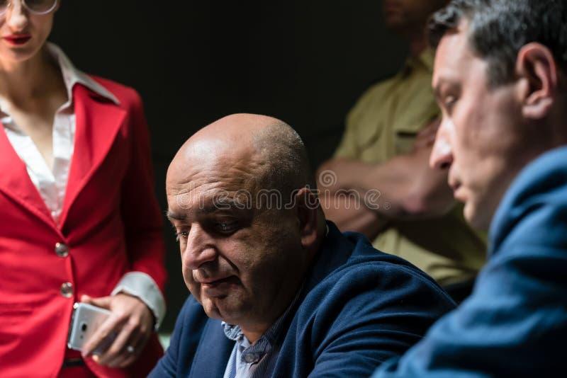 Средн-постаретый человек вызывая его юриста для правовой помощи стоковые изображения