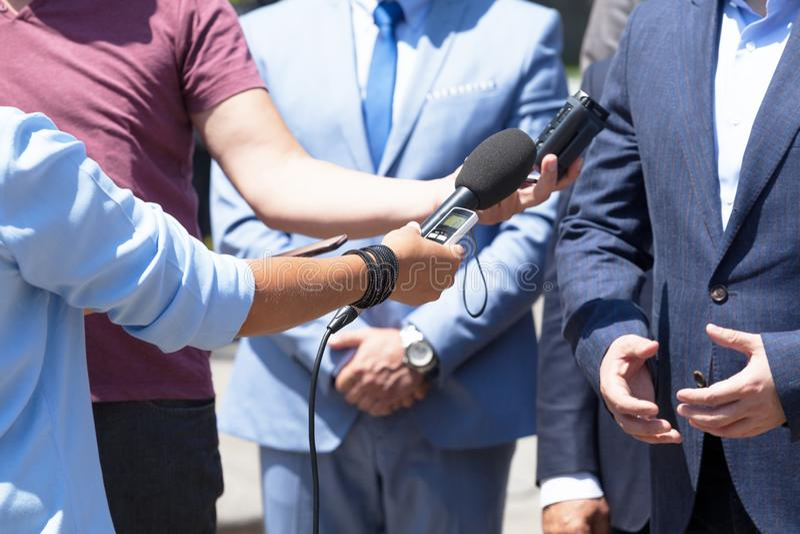 Средства массовой информации интервьюируют с бизнесменом или политиком, кризисом PR стоковые фото