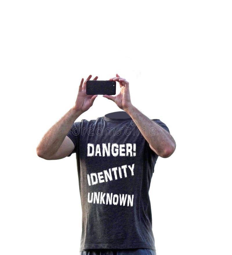 Средства массовой информации интернета опасности онлайн социальные шпионят мобильное устройство тролля хакера стоковое изображение rf