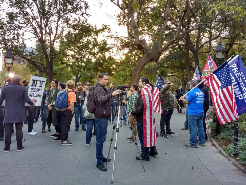Средства массовой информации на политическом митинге, парке квадрата Вашингтона, NYC, NY, США стоковое фото