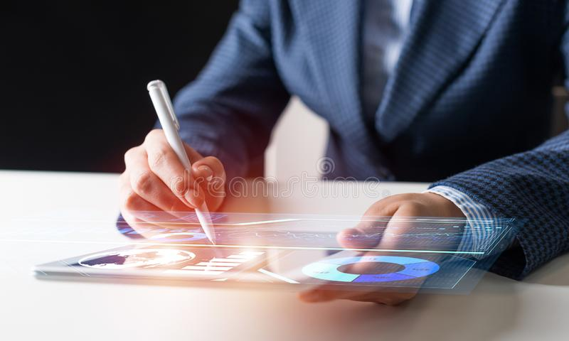 Руки бизнесмена используя планшет стоковое изображение