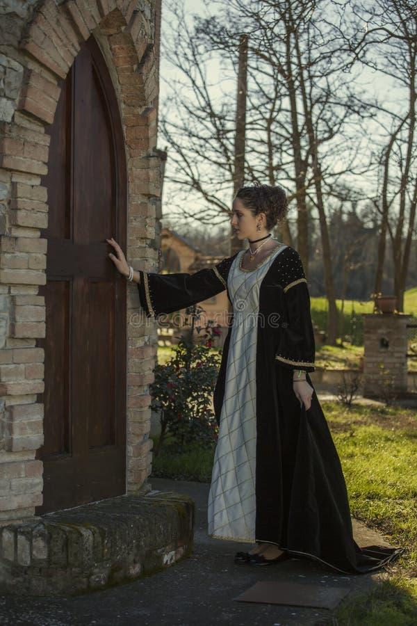 Download Средневековая женщина стоковое изображение. изображение насчитывающей замок - 37931671