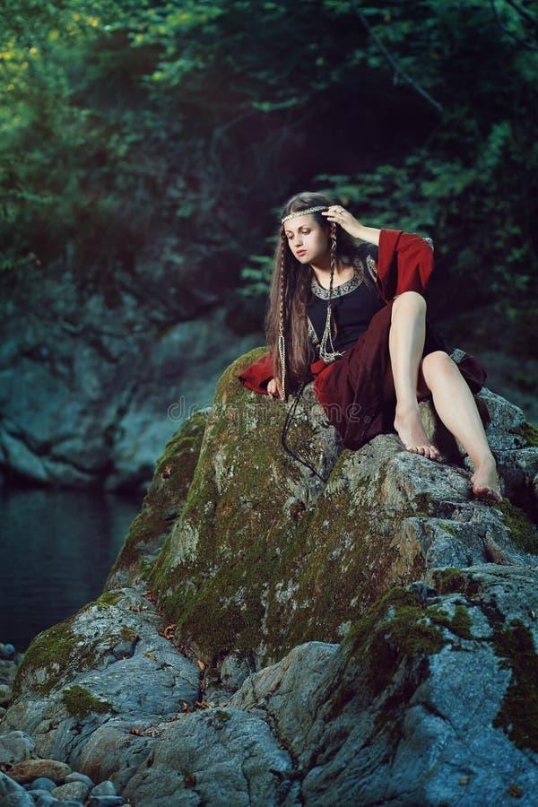 Средневековая молодая дама на утесе потока стоковое фото rf