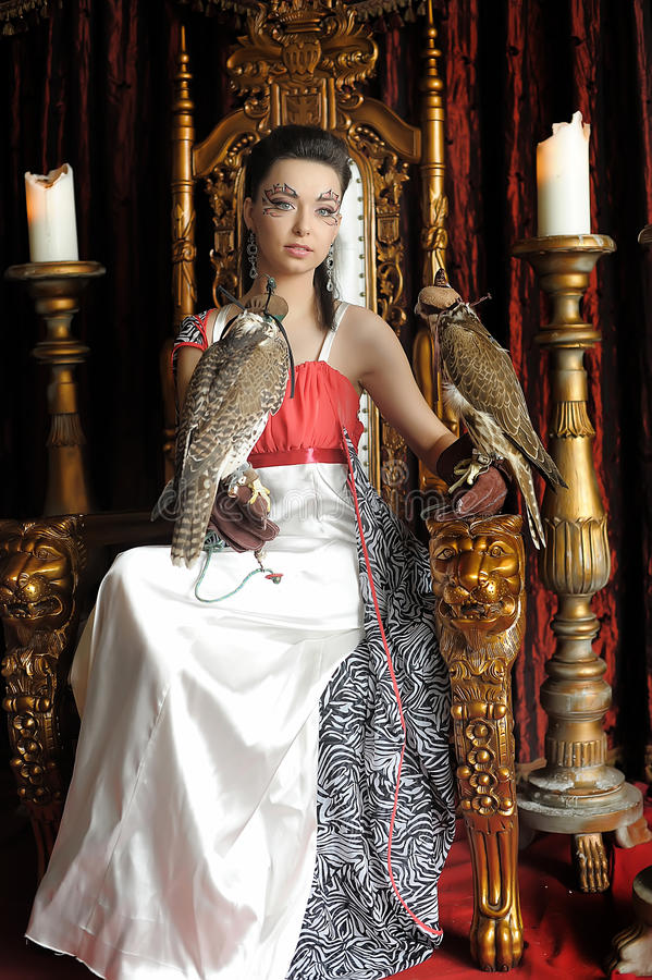 Средневековая принцесса фантазии с 2 соколами стоковое фото rf