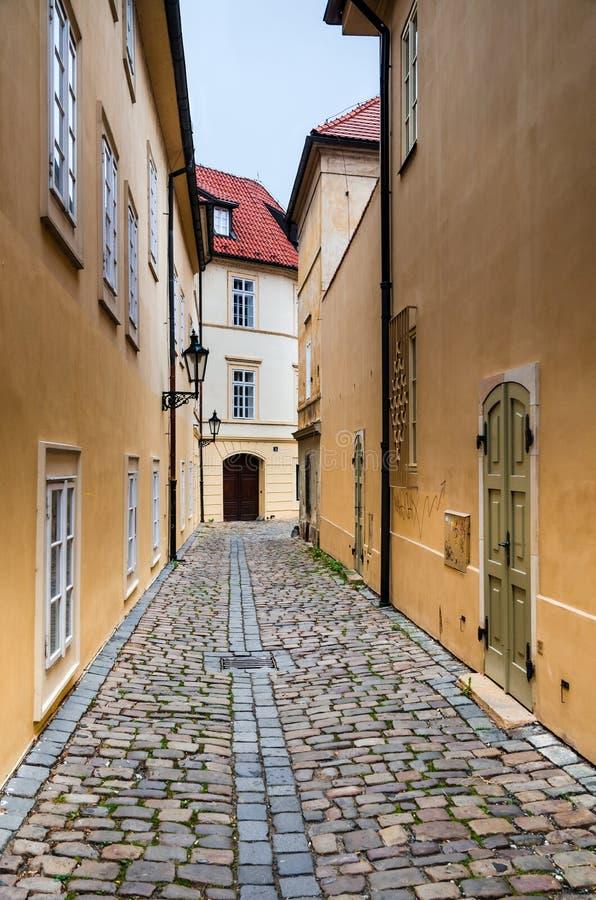 Средневековая улица в Праге стоковая фотография rf