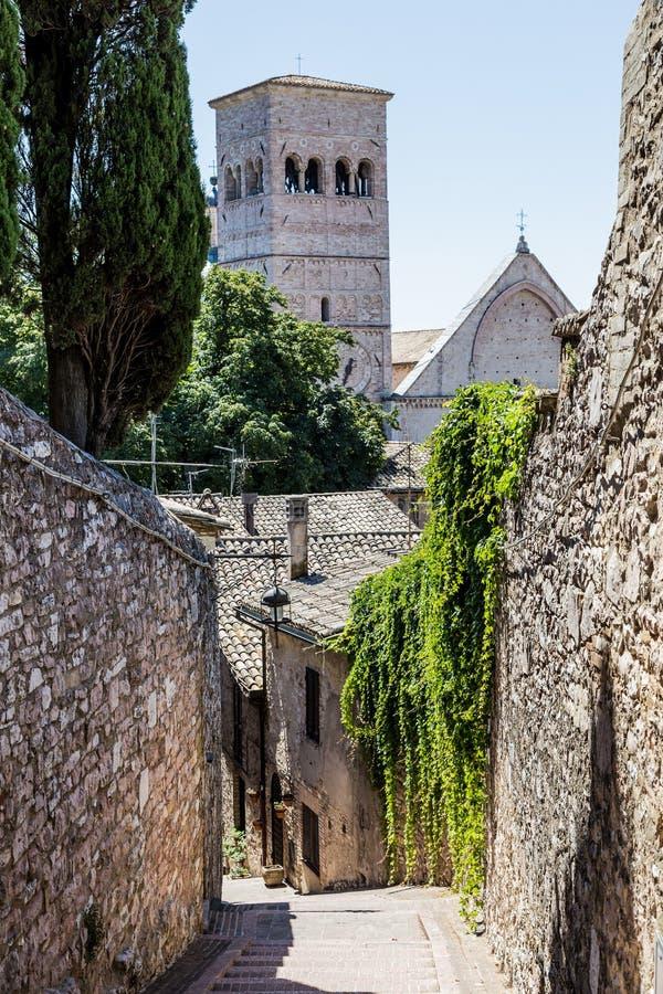 Средневековая улица в Assisi, Италии стоковое фото