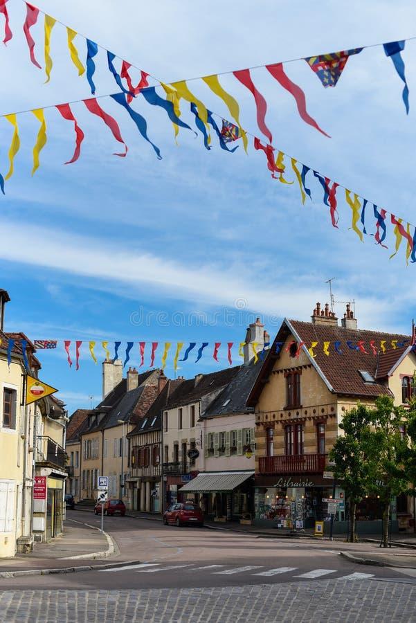 Средневековая улица Semur-en-Auxois, украшенная с флагами стоковые изображения rf