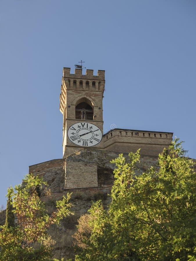 Средневековая crenellated башня с часами кирпичной стены в Brisighella стоковое изображение