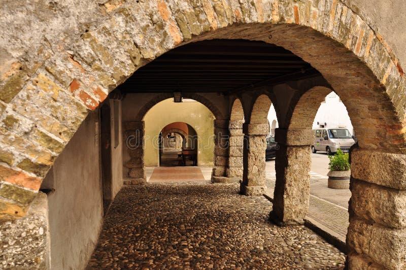 Средневековые аркады в деревне Сан Daniele, Friuli, Италии стоковое изображение rf