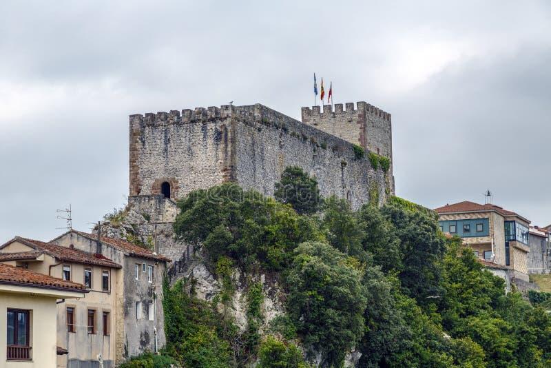 Средневековые башня замка и церковь San Vicente de Ла Barquera, стоковое изображение