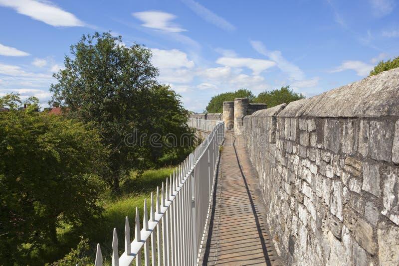 средневековые крепости города здания исторические защищают для того чтобы возвышаться стены york городка стоковое фото rf