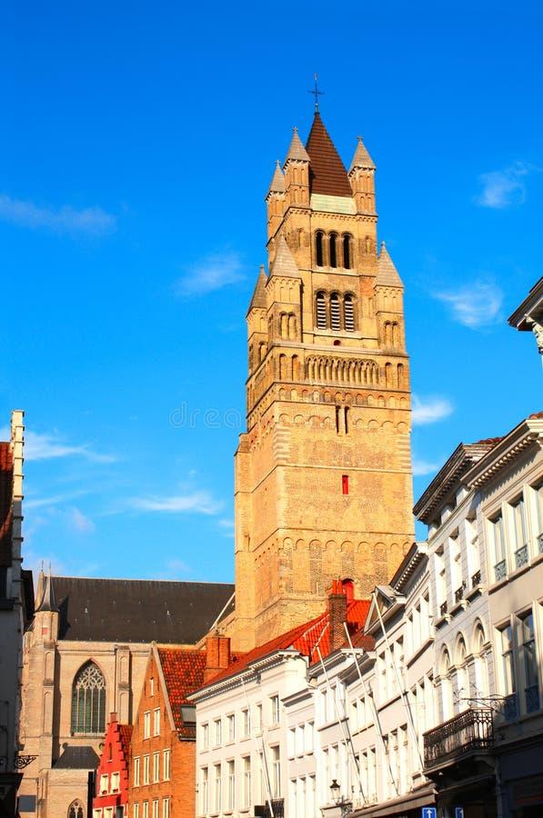 Средневековые собор и дома в Брюгге, Бельгии стоковые изображения rf