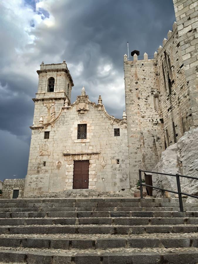 Средневековый замок под драматическим небом, Peniscola стоковые изображения