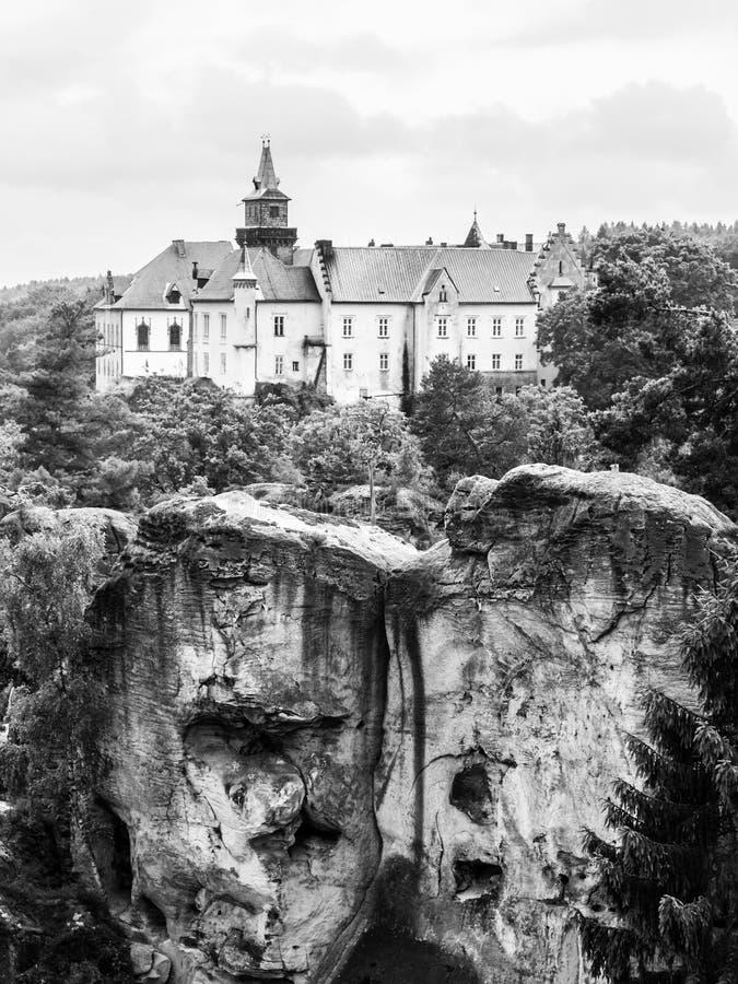 Средневековый замок Hruba Skala расположенное на крутую скалу песчаника в богемском рае, или Cesky Raj, чехия стоковые фото