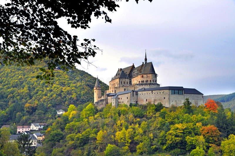Средневековый замок Vianden na górze горы в Люксембурге стоковое изображение