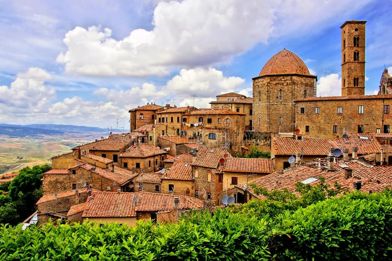 Средневековый итальянский городок холма стоковое изображение rf