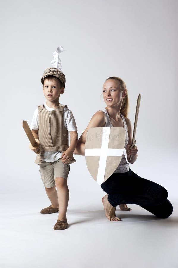 Средневековый ребенок рыцаря с матерью стоковое изображение