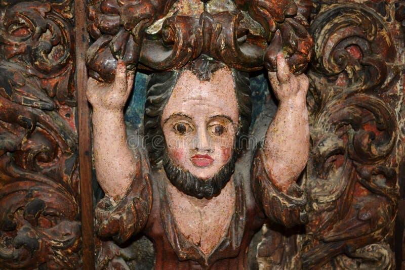Средневековым высекаенное антиквариатом деревянное изображение человека стоковое фото rf