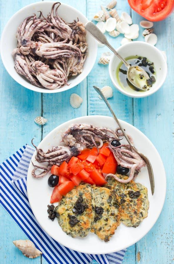 Среднеземноморская еда marinated осьминог с томатом, panca листовой капусты моря стоковая фотография rf
