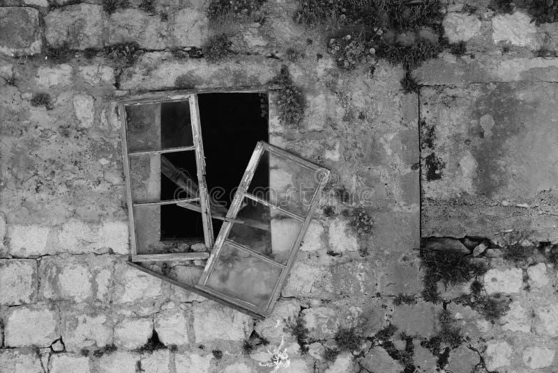 Среднеземноморская сломанная оконная рама стоковая фотография rf