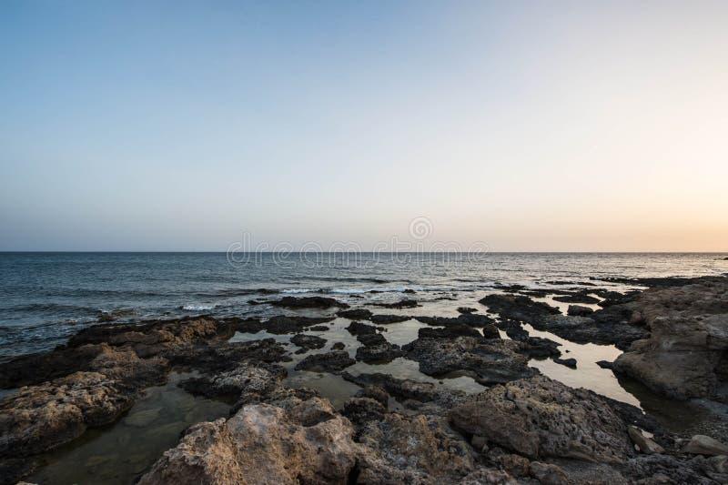 Среднеземноморское побережье в вечере стоковые фото