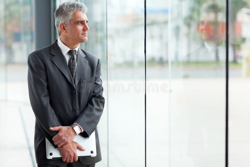 Средний бизнесмен времени стоковые фото