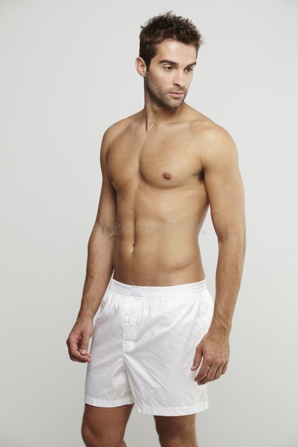 Средний взрослый человек в шортах боксера стоковое фото rf