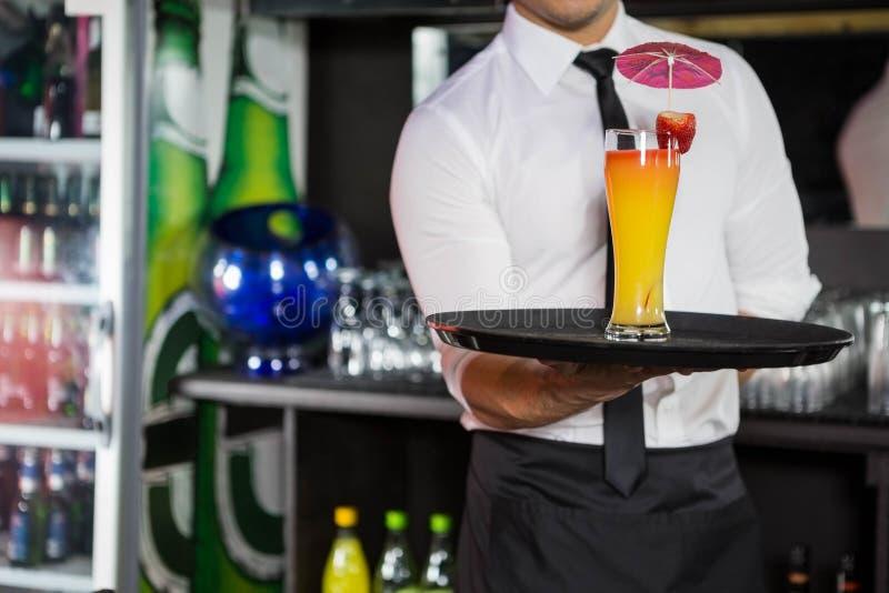 Средний раздел коктеиля сервировки бармена стоковое фото